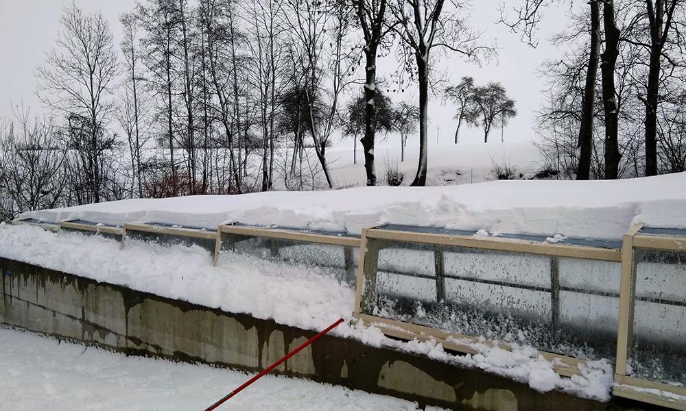 Halbhohe Überdachung Discret - Schwimmbadüberdachung im Schnee in Österreich