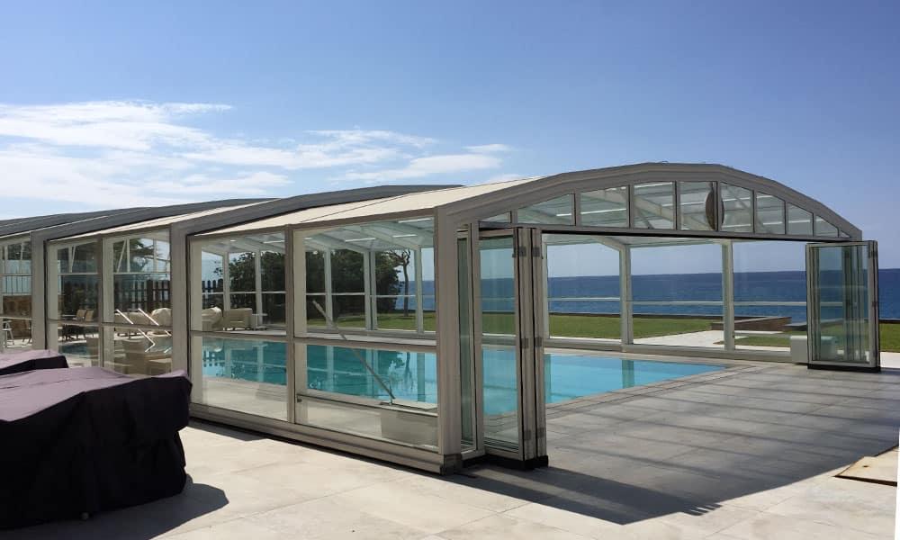 Hohe Poolüberdachung (Poolhalle) Maestro - Poolüberdachung am Meer